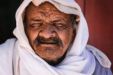 De ogen van een Bedouïne man op leeftijd in Petra, Jordanië. van Bjorn Snelders