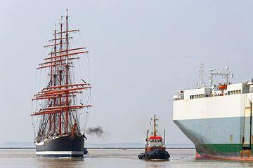 De vier-mast bark Sedov loopt in de haven van Emden in van Rolf Pötsch