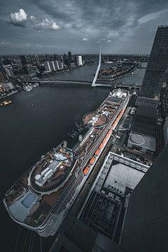 Rotterdam cruise schip en erasmusbrug van vedar cvetanovic