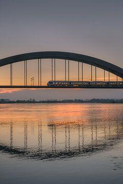 Trein over Kuilenburgse spoorbrug bij rivier de Lek van Moetwil en van Dijk - Fotografie