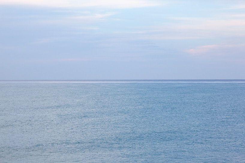 Eindeloos Blauw... abstracte foto van blauwe zee en lucht in Jamaica. van Eyesmile Photography