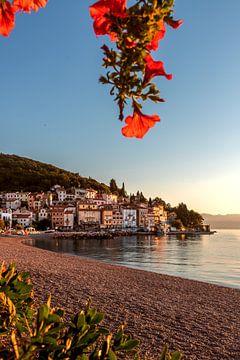 Het strand en het dorp Moscenicka Draga direct aan zee. Koatien zonsopgang van Fotos by Jan Wehnert