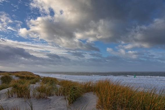 Ruwe zee gezien van af een duin van Bram van Broekhoven