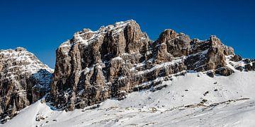 Besneeuwde rotswand in de Dolomieten van MICHEL WETTSTEIN