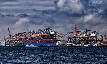 Containerterminal mit Wolken von Robert Jan Smit