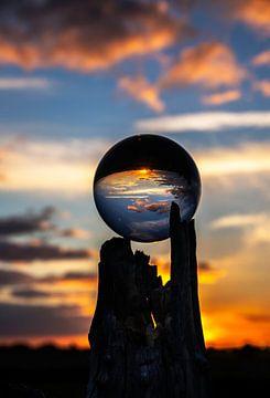 Boule de verre dans la lumière du soir sur Roland Hoffmann