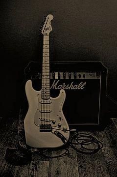 Gitarre und Verstärker - schwarz-weißes Sepia von Leo Huijzer