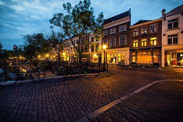 De grachtenpanden aan de Oudegracht gezien vanaf de Vollersbrug (kleur) van De Utrechtse Grachten