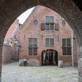 Een doorkijk naar een oud gebouw in Amersfoort. van Rijk van de Kaa