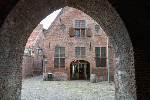Een doorkijk naar een oud gebouw in Amersfoort.