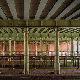Pfeiler unter einer Brücke von Martijn Tilroe