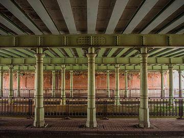 Pilaren onder een brug van Martijn Tilroe