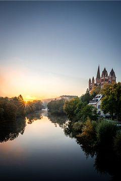 De Lahn in Duitsland en de Limburgse Dom bij zonsopgang met tegenlicht van Fotos by Jan Wehnert