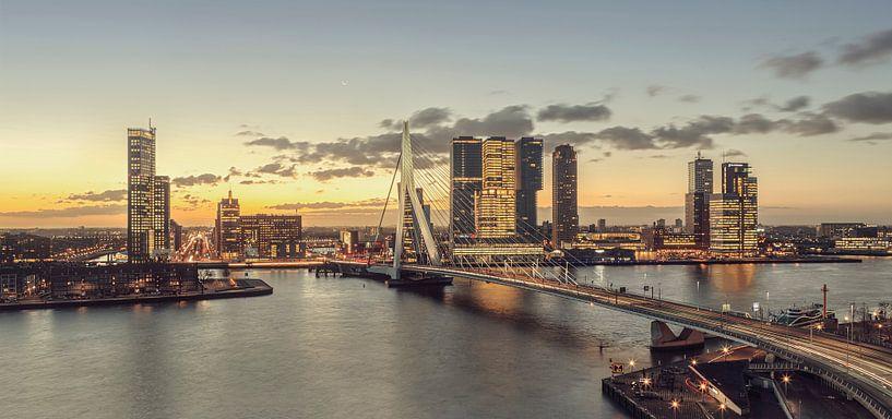 Rotterdam bij ochtendgloren van Rob van der Teen