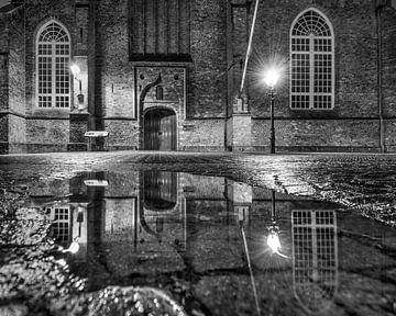 Eingang der Grote Kerk in Leeuwarden nach dem Regen. von Harrie Muis