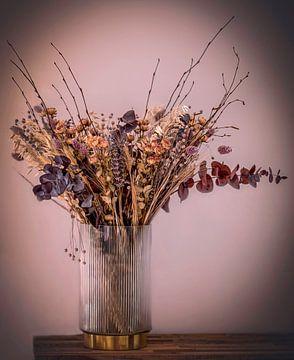 Stilleven droogbloemen in vaas van Marjolein van Middelkoop