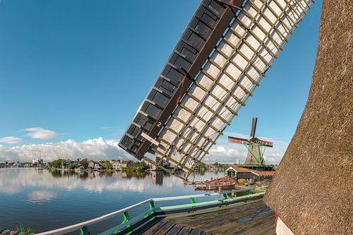 Houtzaagmolen Het Jonge Schaap aan de oever van de Zaan, Zaandam, , Noord-Holland van Rene van der Meer