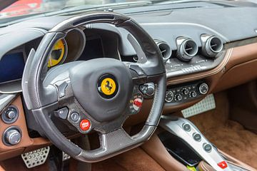 Tableau de bord de la Ferrari F12Berlinetta, voiture de sport italienne Gran Turismo®. sur Sjoerd van der Wal