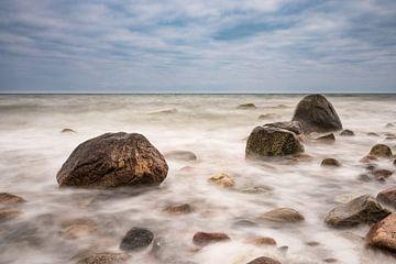 Groynes on shore of the Baltic sea van Rico Ködder