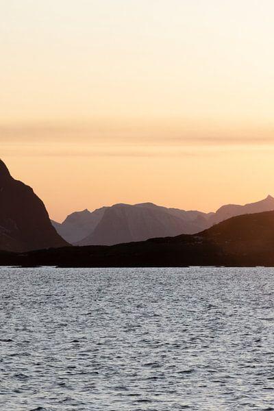 Berglandschap bij zonsondergang in Lofoten | Natuurfotografie fjord Noorwegen van Dylan gaat naar buiten