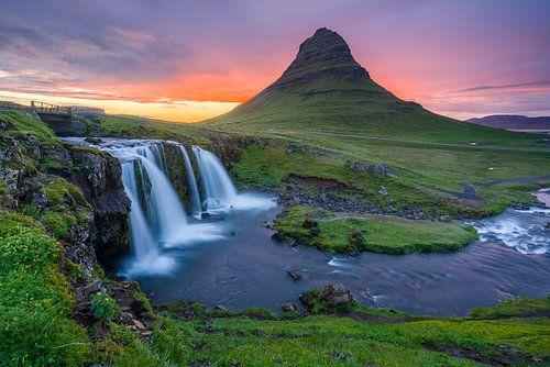 Kirkjufell en Kirkjufellsfoss, IJsland van