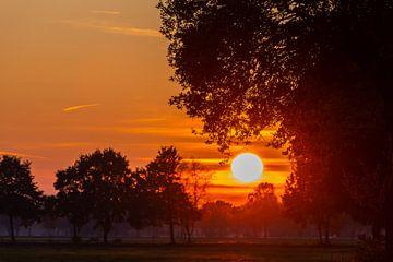 Ein besonderer Sonnenuntergang mit intensiven Farben am Herbstabend von Matthias Korn