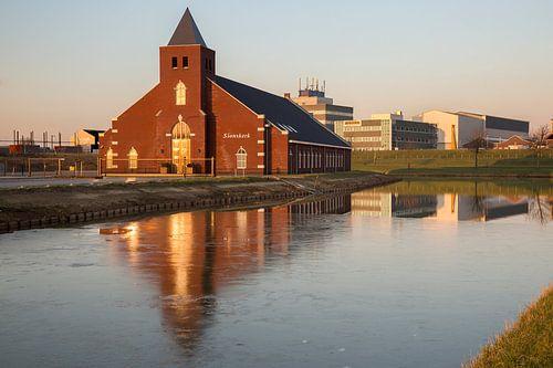 Hersteld Hervormde Gemeente in Ridderkerk tijdens ondergaande zon. van