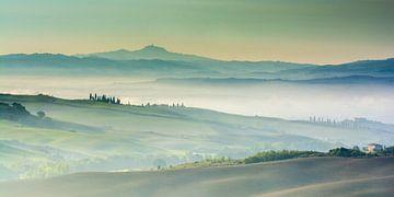 Morgennebel über dem Val d'Orcia in der Toskana von Filip Staes