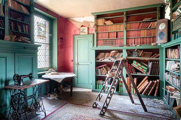 Verlassene Bibliothek mit Büchern.