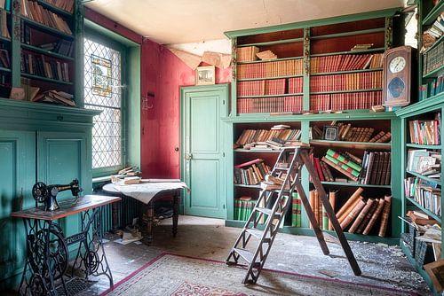 Bibliothèque de livres abandonnée.