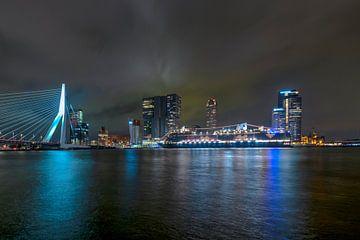 """Ligne d'horizon de Rotterdam avec le pont Érasme et le """"Rotterdam VII""""."""