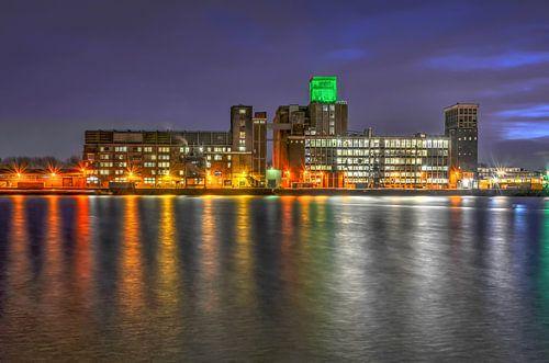 Rotterdam: Graansilo en Rijnhaven bij avond van
