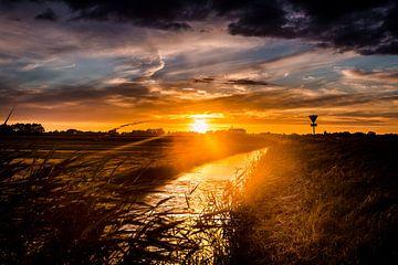 Sonnenuntergang auf einem Deich in Westfriesland von Lindy Schenk-Smit
