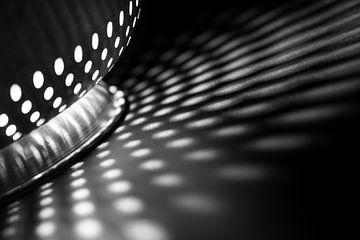 Licht- und Schattenmuster aus der Küche in Schwarz und Weiß von Lisette Rijkers
