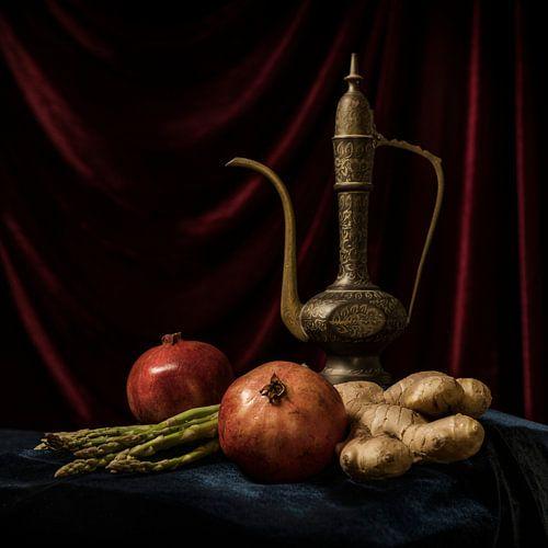 Granaatappels met Arabische theekan stilleven