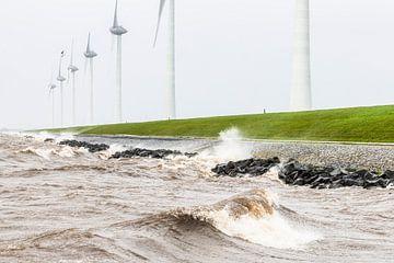 Windturbinen am IJsselmeer-Ufer bei einem Sturm von Sjoerd van der Wal