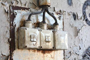 alte Lichtschalter an der Wand einer verlassenen Fabrikhalle von Heiko Kueverling
