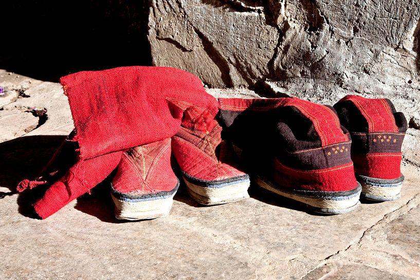Traditionele schoenen van monikken van in Tibet van Jan van Reij