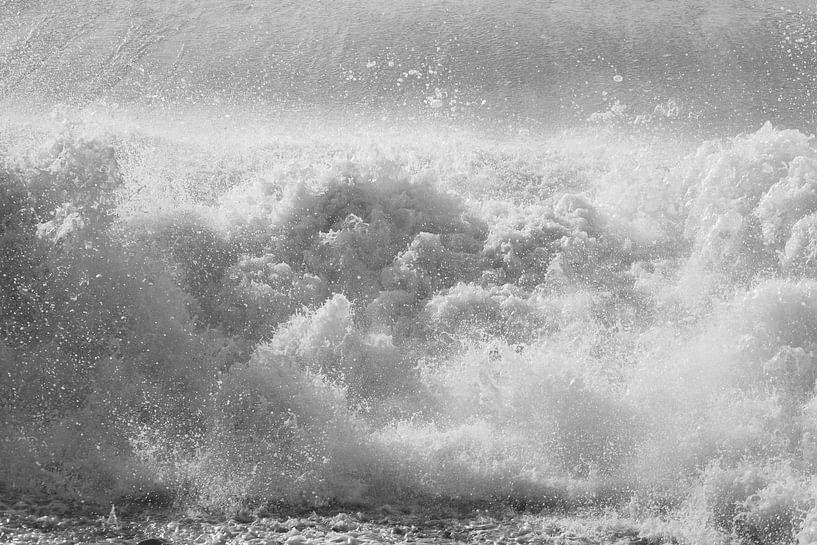 Raue Wellen an der Opalküste (II) von Astrid Brouwers