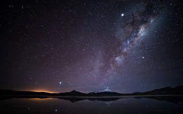 Voie lactée au-dessus du lac dans les Andes sur Lennart Verheuvel