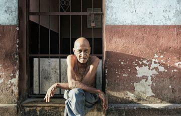 Portrait d'un vieil homme cubain devant sa maison à La Havane, Cuba sur Tjeerd Kruse