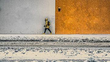 Straßenfoto eines gehenden Mannes im Schnee von Jan Hermsen