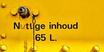 Tekst en ventiel op oude gele trein