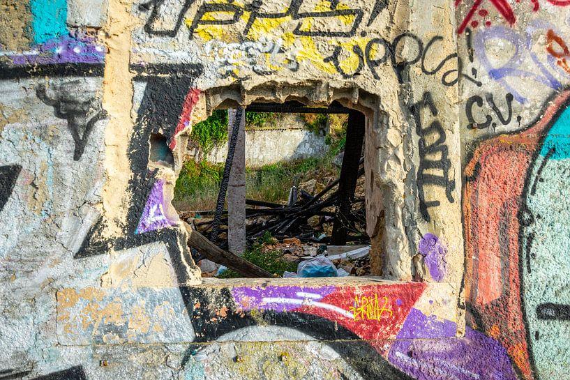 Graffiti op een vervallen muur met raam van Wil Wijnen
