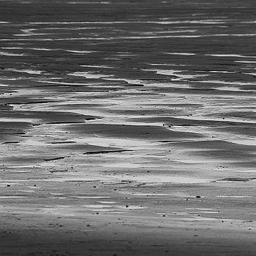 Zonsondergang Strand Houlgate Normandië in zwartwit von Watze D. de Haan