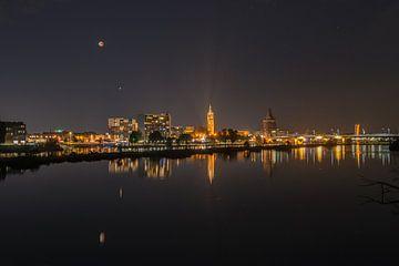 Nachtelijke skyline Roermond met bloedmaan. van