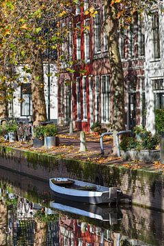 Kai mit Boot und Häusern in Gouda von Peter de Kievith Fotografie