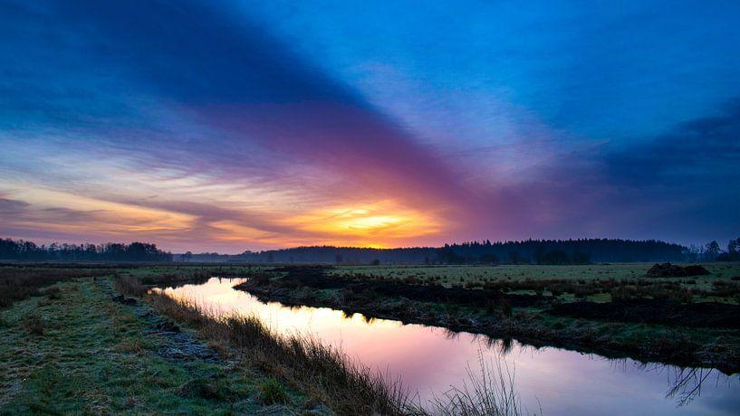 Zonsopkomst in Friesland van Tom Holmes