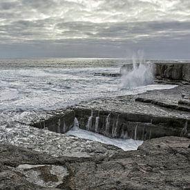 Seeklippenloch im Fels namens The Wormhole bei den Aran Islands, Irland. von Tjeerd Kruse