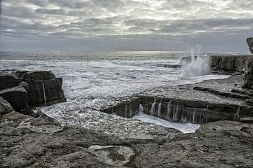 Zee kliffen gat in de rots genaamd The Wormhole op Aran Islands, Ierland van Tjeerd Kruse